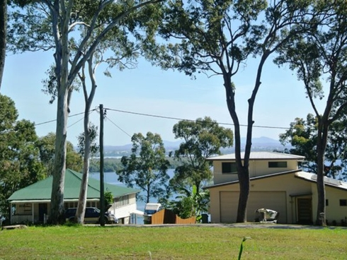 17 High Central Road Macleay Island, QLD 4184